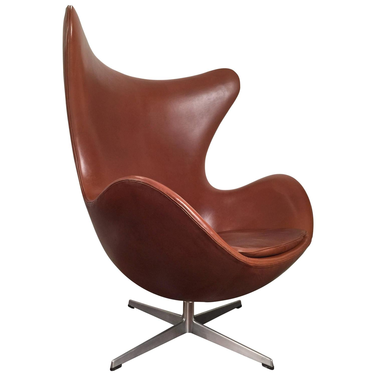 early arne jacobsen egg chair in original brown leather by fritz hansen for sale at 1stdibs. Black Bedroom Furniture Sets. Home Design Ideas