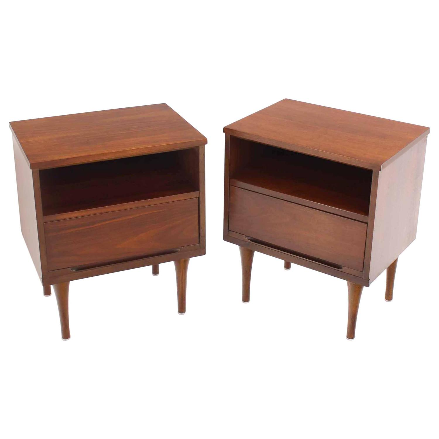pair of mid century walnut one drawer end tables nightstands for sale at 1stdibs. Black Bedroom Furniture Sets. Home Design Ideas