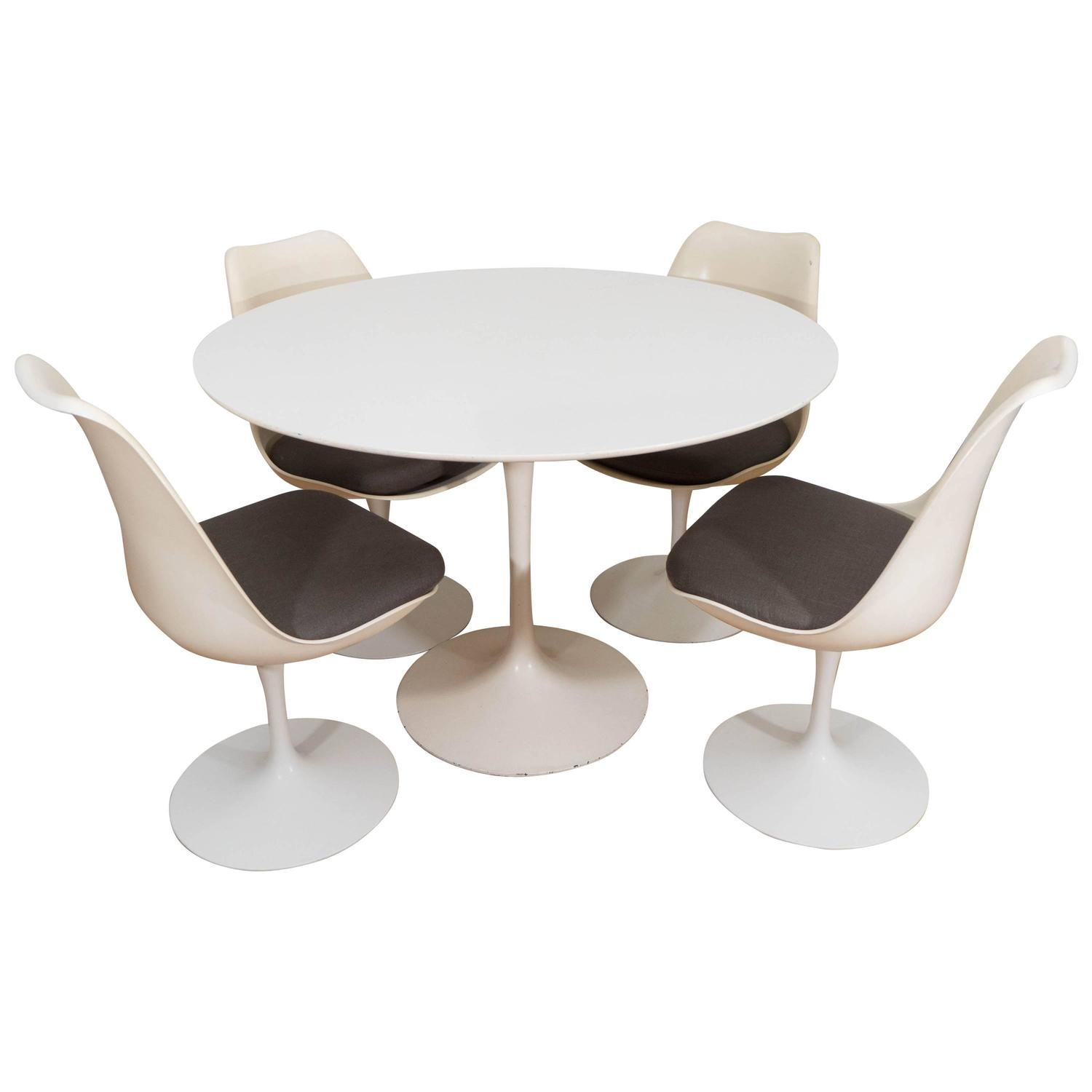 Eero Saarinen Set of Four Tulip Chairs and Table for Knoll