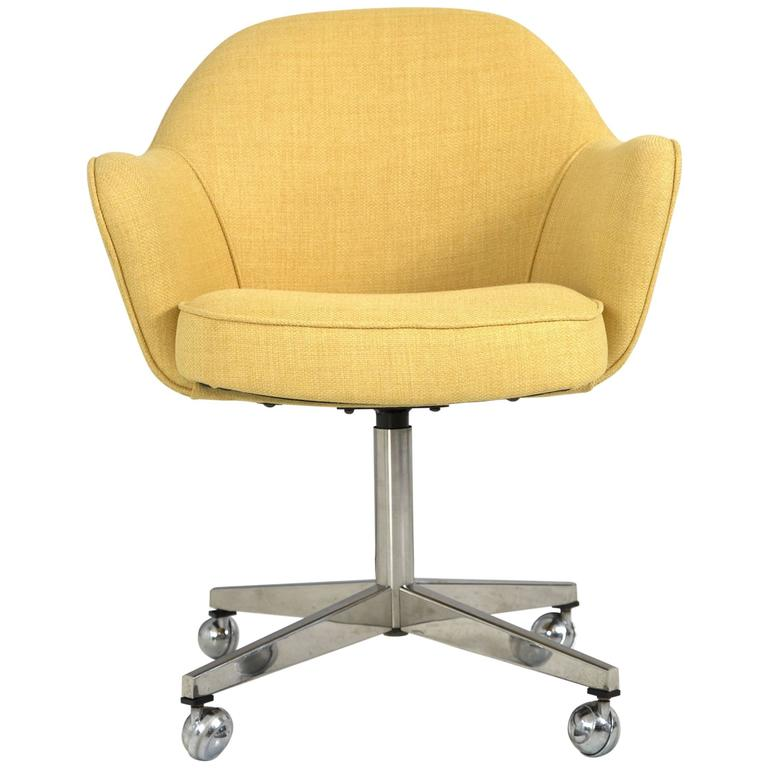 Saarinen for knoll executive arm chair in yellow