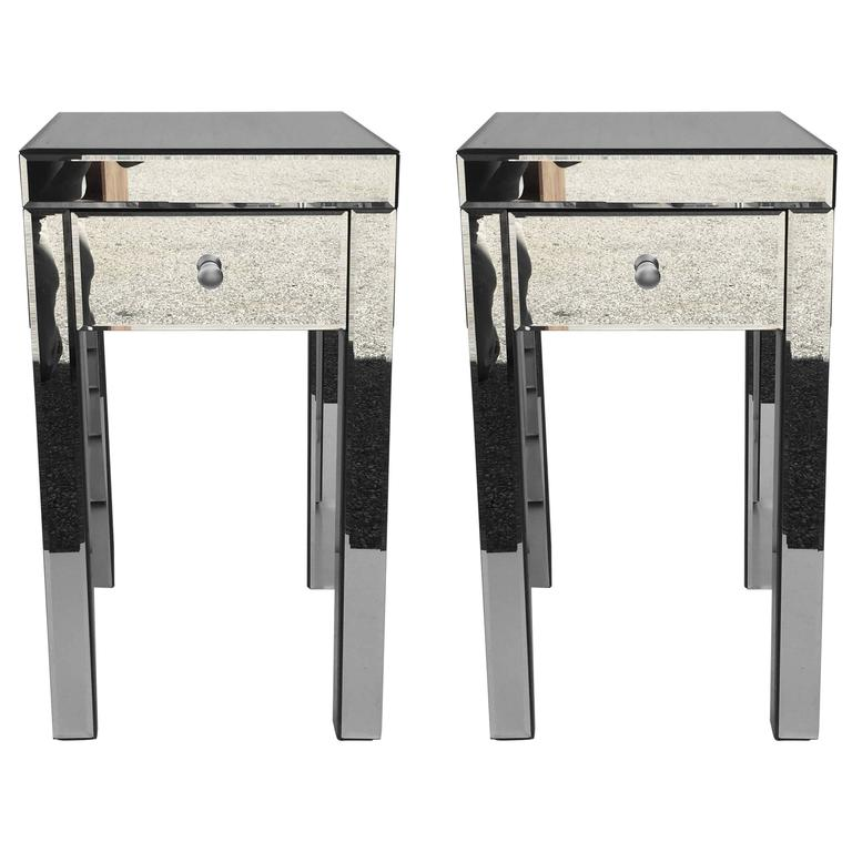 Superbe Petit Mirrored End Tables For Sale