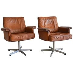 Vintage Pair of De Sede DS 31 Swivel Armchairs in Saddle Leather