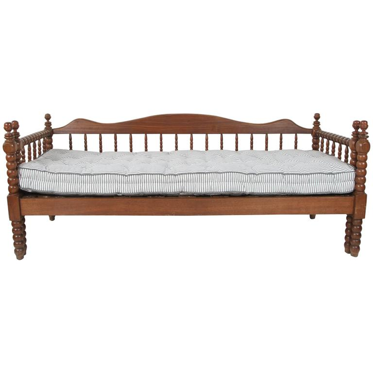 Vintage American Spindle Daybed With Pull Out Trundle For Sale