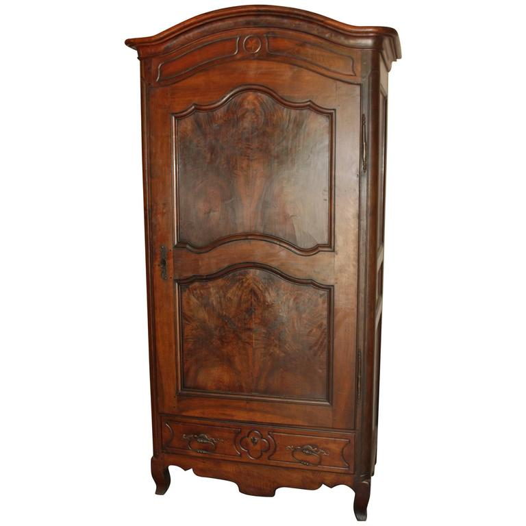19th century walnut bonnetiere at 1stdibs. Black Bedroom Furniture Sets. Home Design Ideas