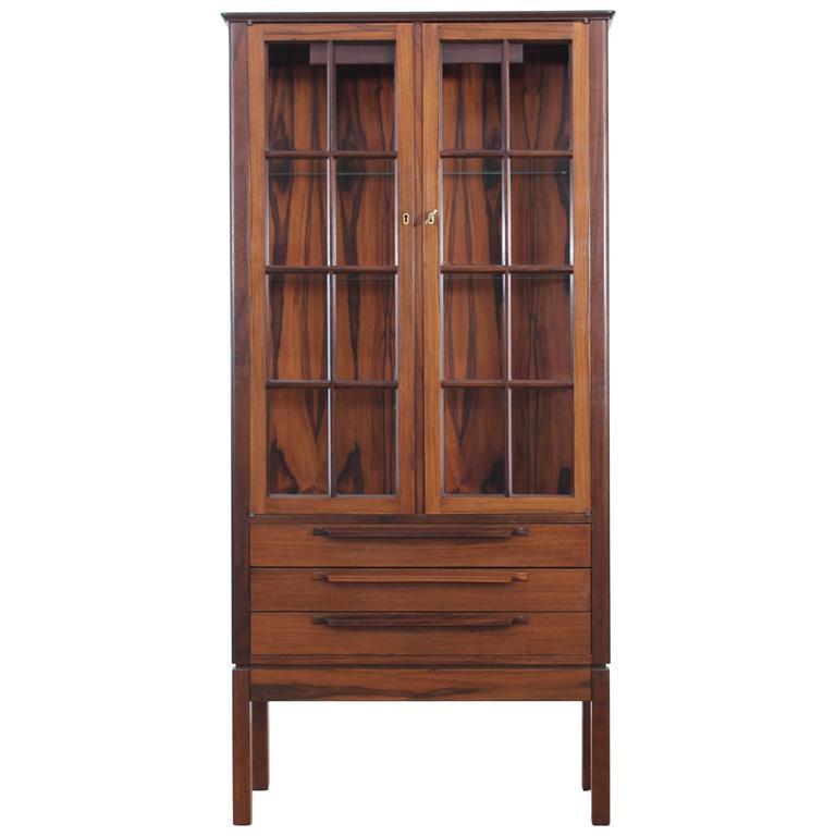 mid century modern danish vitrine in rosewood at 1stdibs. Black Bedroom Furniture Sets. Home Design Ideas