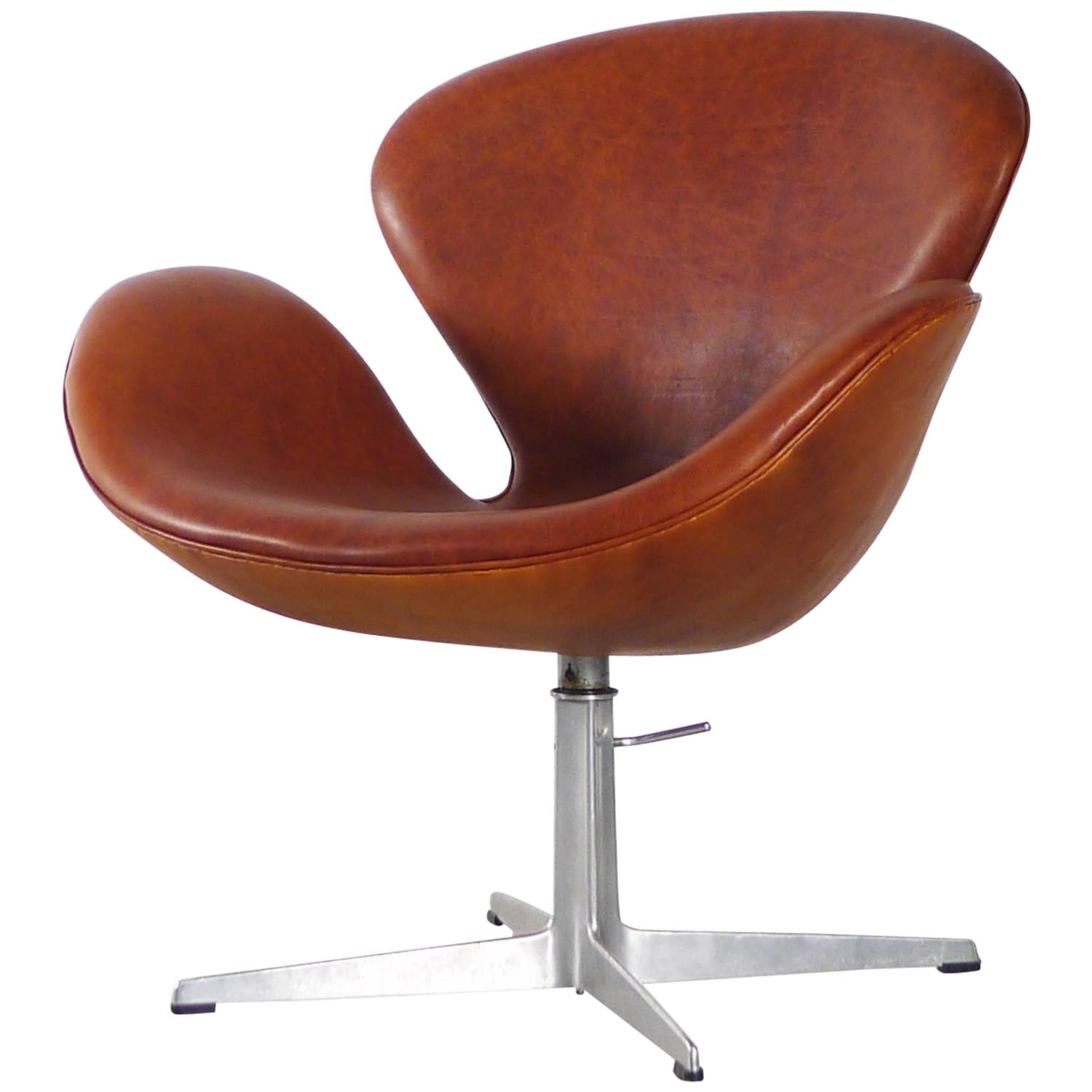 Arne jacobsen leather swan chair for sale at 1stdibs for Swan chairs for sale