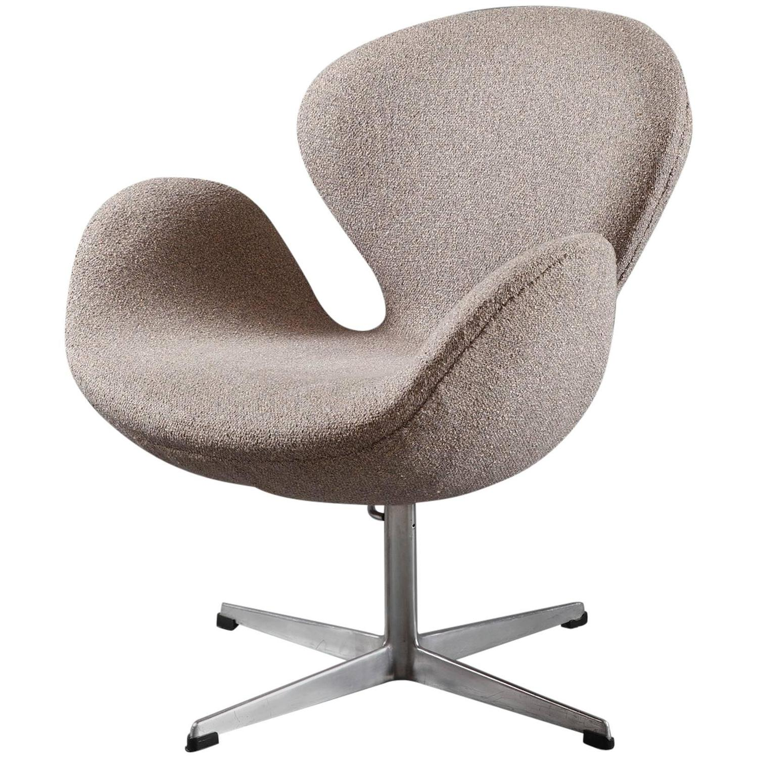 Swan chair by arne jacobsen for sale at 1stdibs for Swan chair nachbau