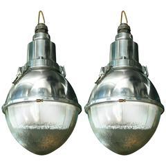 """Paar große """"Cote Rue"""" Pendelleuchten aus Aluminium und Glas, Industriestil"""