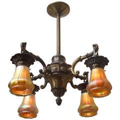 Vierarmiger Edwardianischer Bronze Kronleuchter mit Steubenperiode Glasschirmen