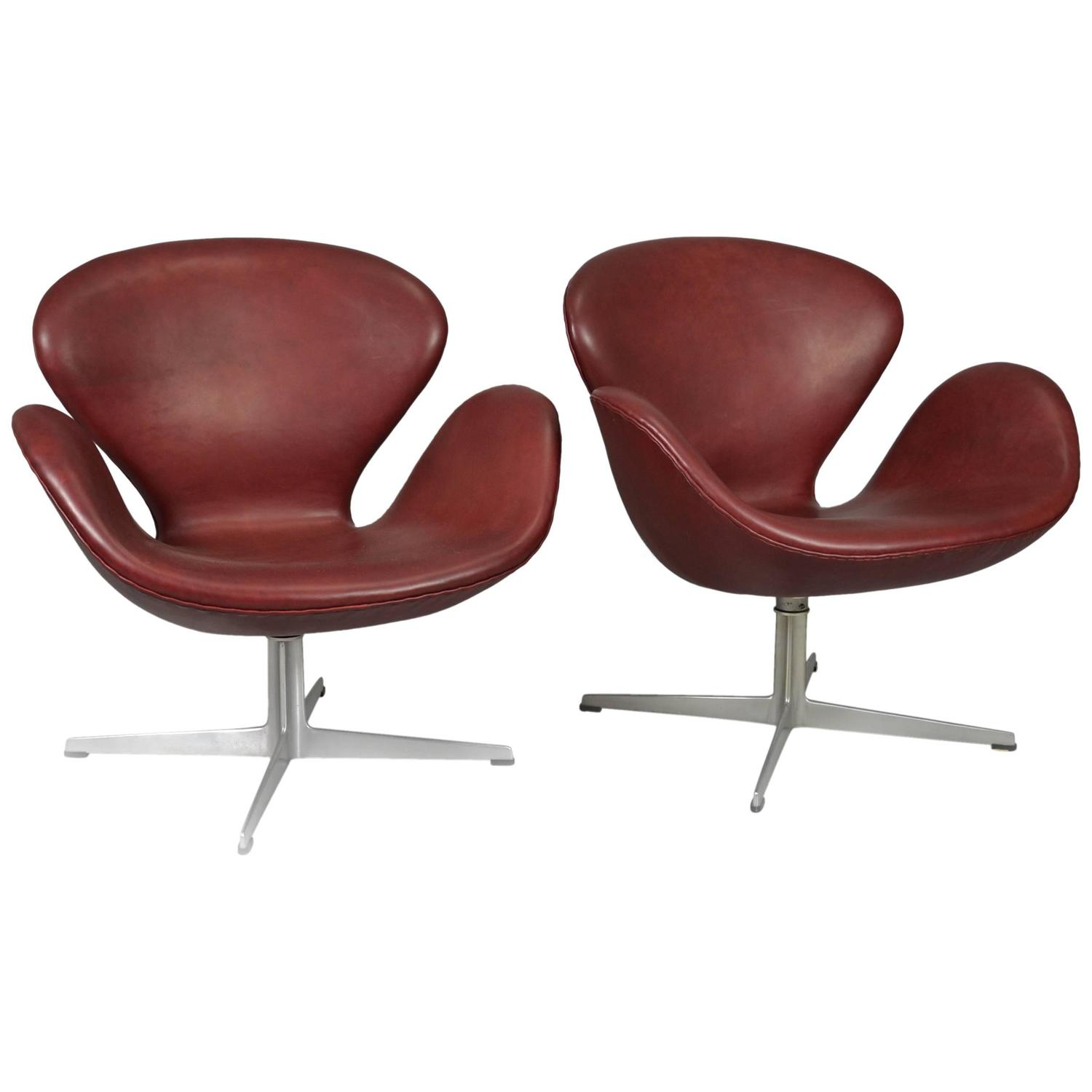 Pair of swan chairs by arne jacobsen in bordeaux leather for Swan chairs for sale