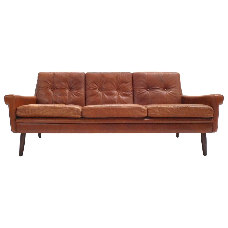 Sofá Clapton: Danish Skipper Møbler Brown Tan Leather Three-Seat Sofa