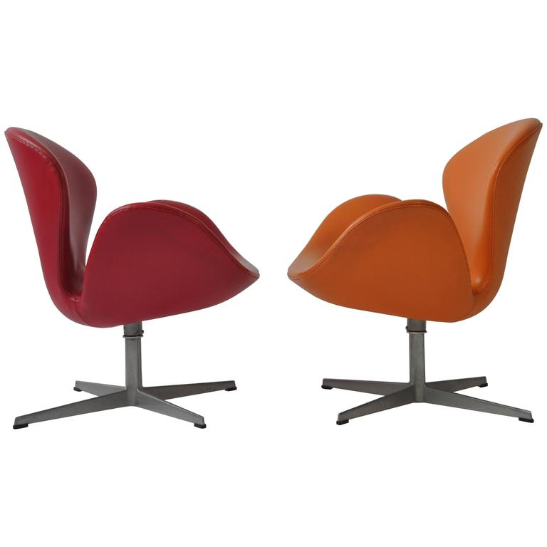 Pair of Swan Chairs by Arne Jacobsen for Fritz Hansen