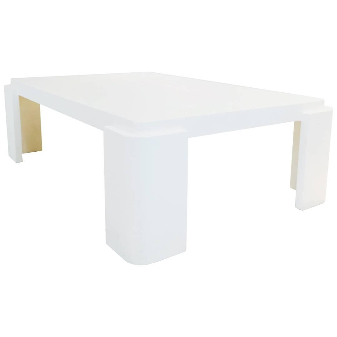 Monumental white lacquer coffee table with rounded corners for Table th rounded corners