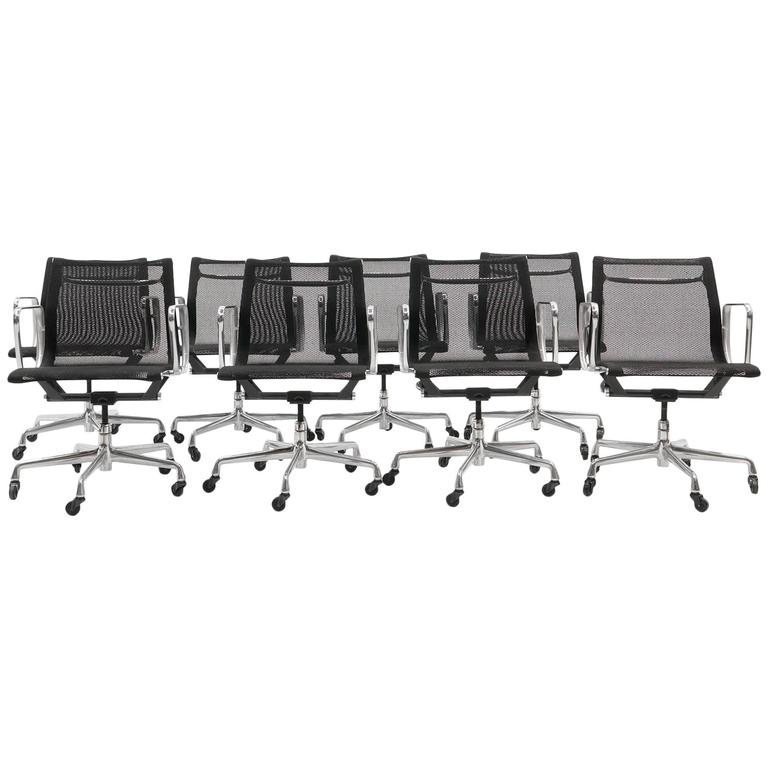 ONLY ONE LEFT!! Black Mesh Eames Aluminum Group dining / conference chairs.  For Sale