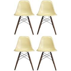Vier Herman Miller Eames DSW Esszimmerstühle
