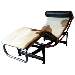 Fabulous Le Corbusier LC4 Style Chaise Longue Leather Cow Hide Matching Rug
