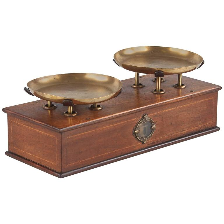 French Counter Scale in Walnut with Brass Plateaux, 1880s For Sale