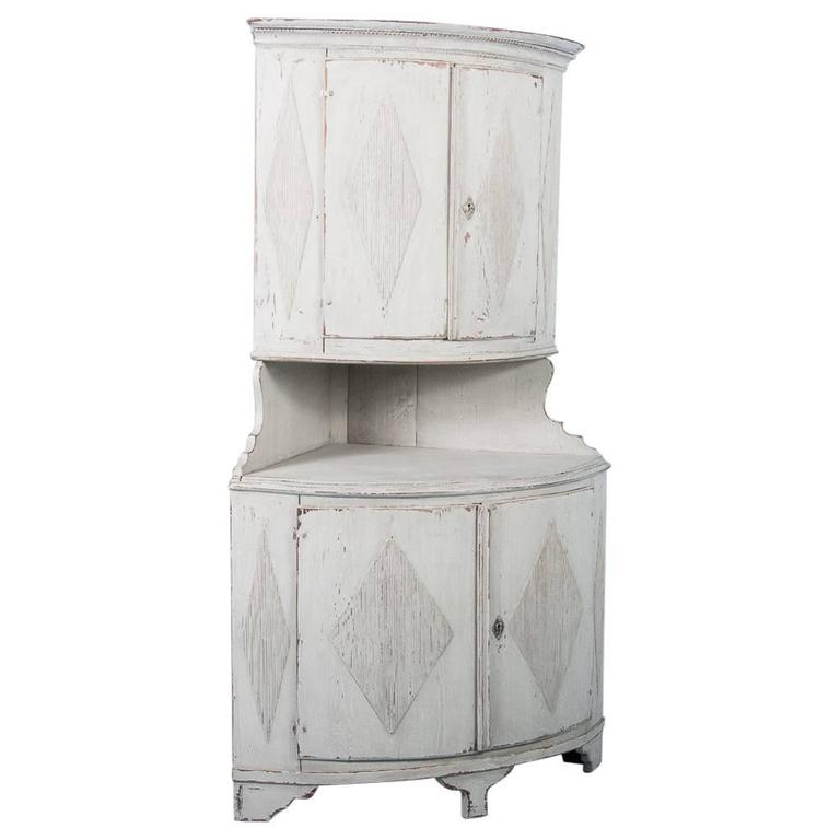 Antique 19th Century Swedish Gustavian Pine Corner Cabinet Painted Gray For  Sale - Antique 19th Century Swedish Gustavian Pine Corner Cabinet Painted