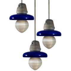 Hängeleuchten aus kobaltblauer Keramik, Holophaneglas und Eisen