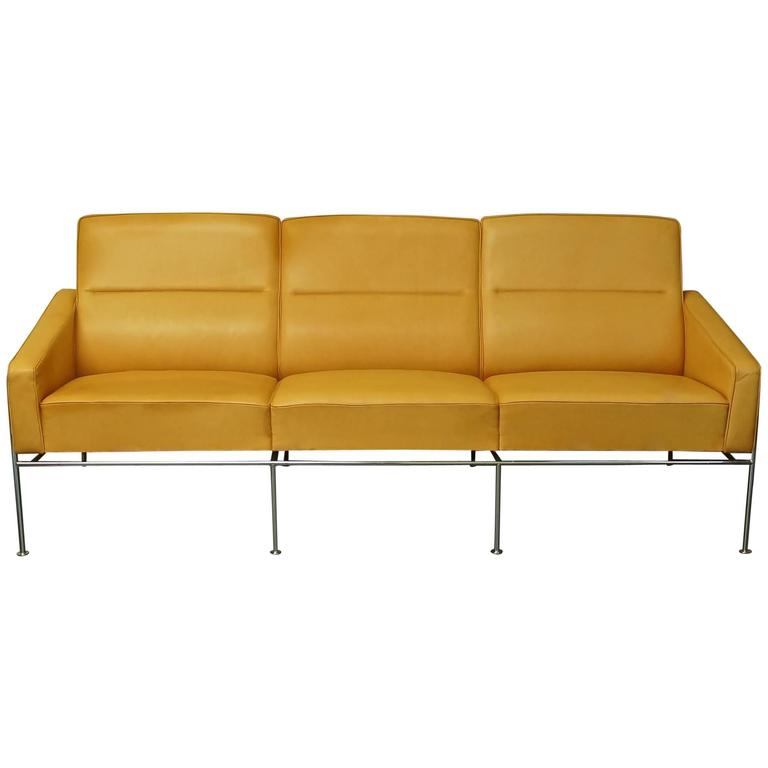 danish arne jacobsen 3303 sas airport sofa settee tan leather fritz hansen for sale at 1stdibs. Black Bedroom Furniture Sets. Home Design Ideas