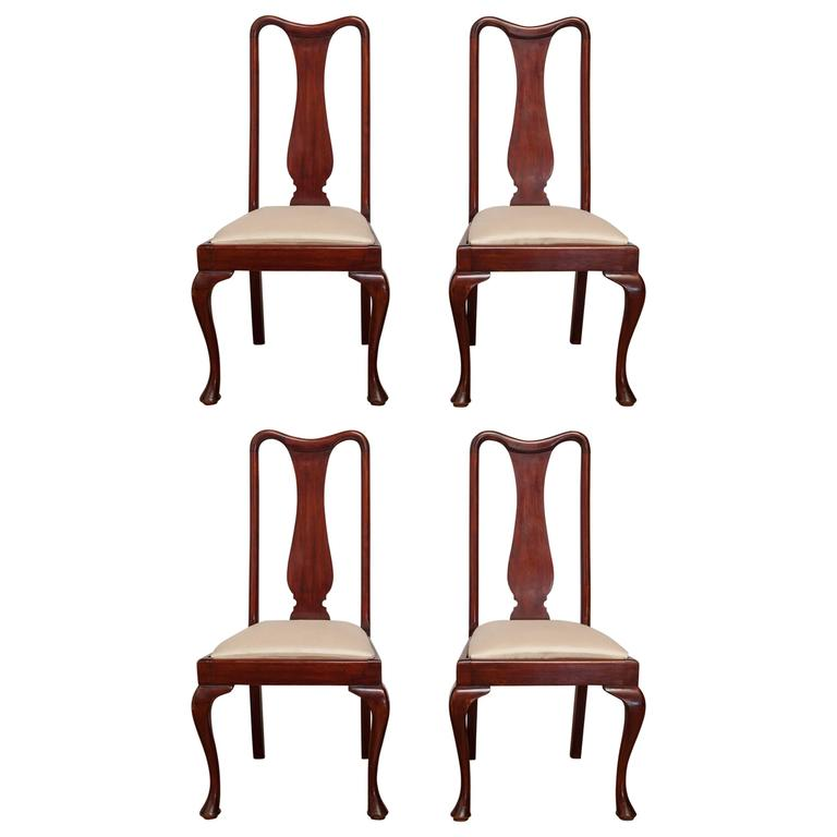 Set of four queen anne style mahogany dining chairs at 1stdibs for Queen anne dining room