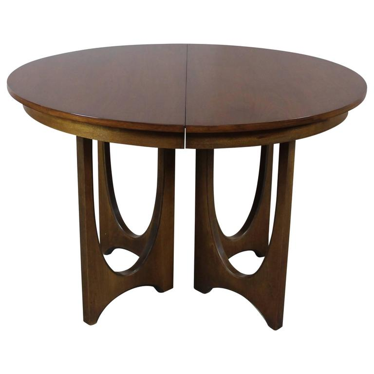 mid century modern broyhill brasilia 6140 1645 round pedestal base dining table at 1stdibs. Black Bedroom Furniture Sets. Home Design Ideas