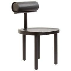 """Esszimmerstuhl """"UNA"""" aus schwarz gebeizter Eiche mit Leder-Rücklehne von Estudio Persona"""