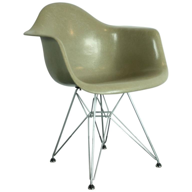 Perfect Early Production Vintage Eames Herman Miller Armchair In Greige On Eiffel  Base For Sale