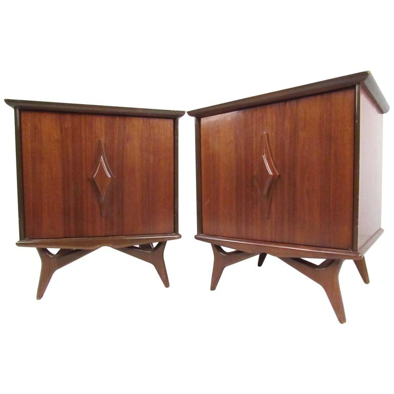 Pair of Vintage Walnut Nightstands For Sale