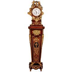 20. Jahrhundert Museum Sockel Uhr nach Jean-Henri Riesener im Louis XVI Stil