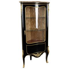 20. Jahrhundert Piano-schwarze Eckvitrine im Louis XV Stil