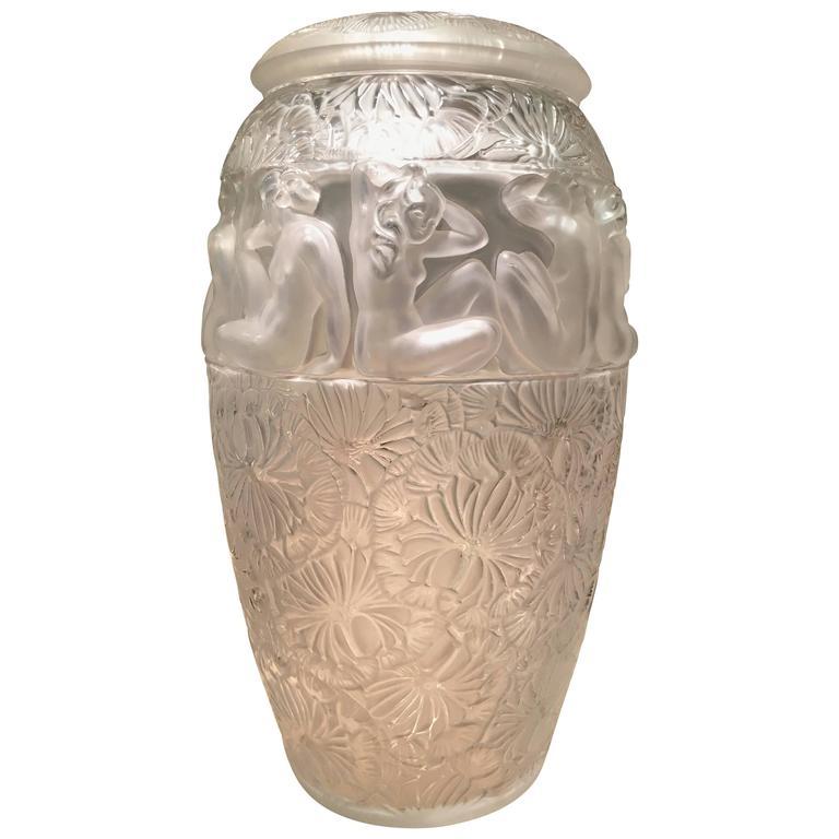 lalique france covered vase ang lique at 1stdibs. Black Bedroom Furniture Sets. Home Design Ideas