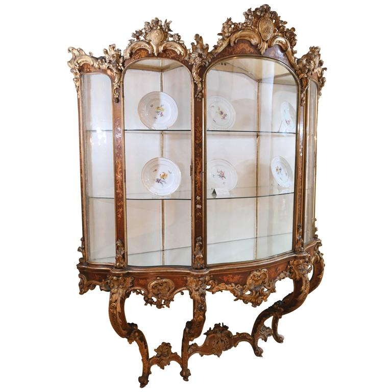 18th Century Italian Wall Mounted Display Cabinet In Carved Foliate  Giltwood For Sale