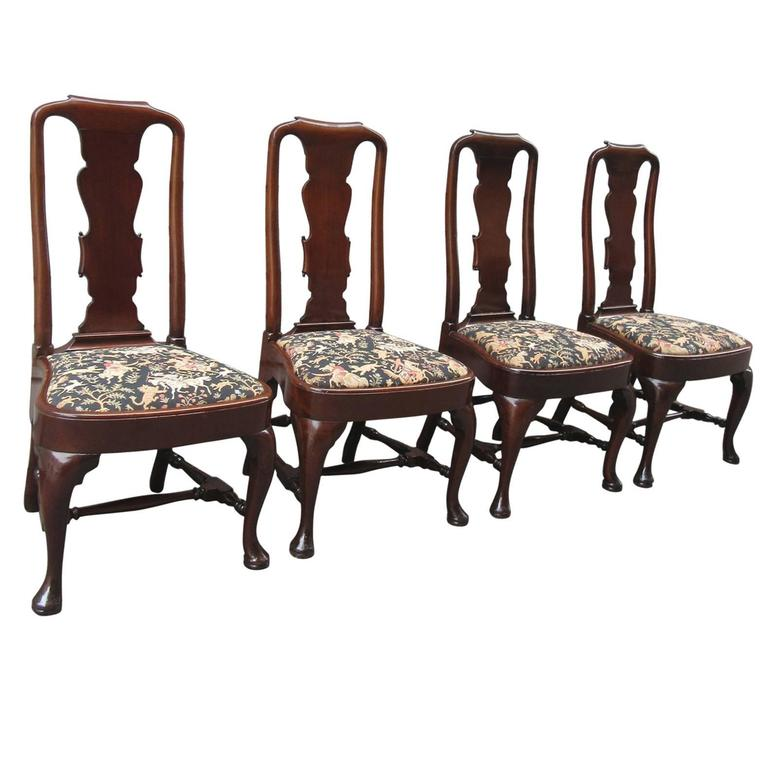 Set Of Four 19th Century English Queen Anne Mahogany Splat Back Dining Chairs For