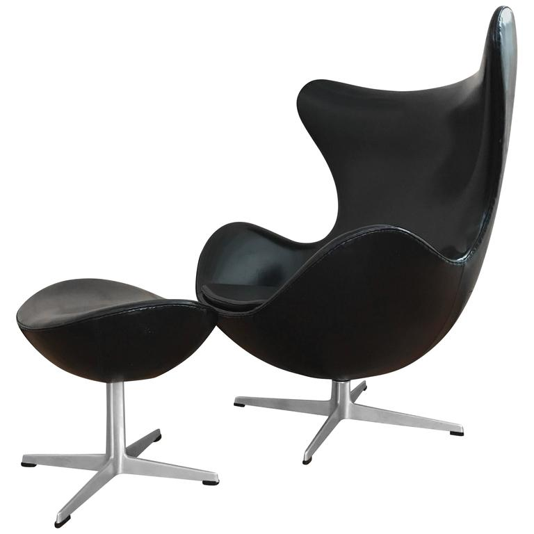 early arne jacobsen egg chair and ottoman in vinyl fritz hansen at 1stdibs. Black Bedroom Furniture Sets. Home Design Ideas