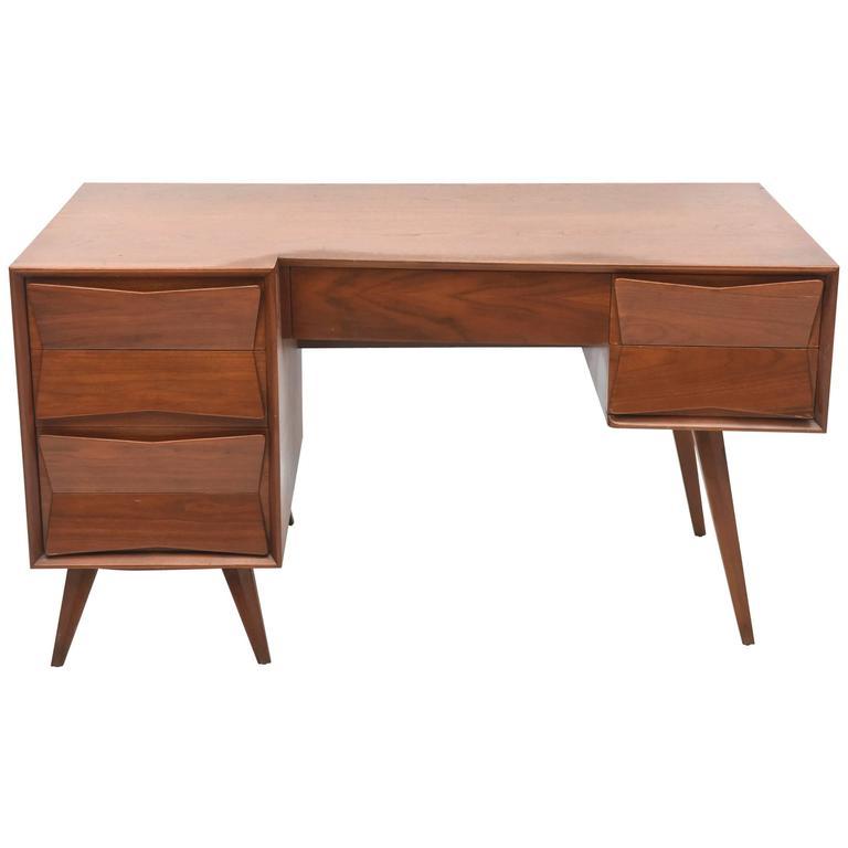 Italian Modern Walnut Desk in the Style of Ponti
