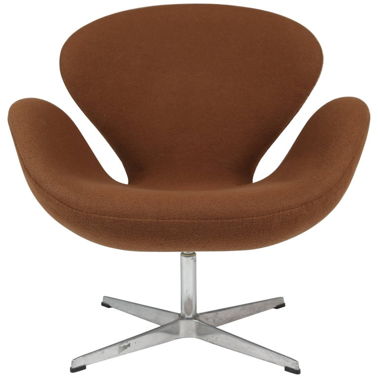 Swan Swivel Arm Chair by Arne Jacobsen for Fritz Hansen For Sale