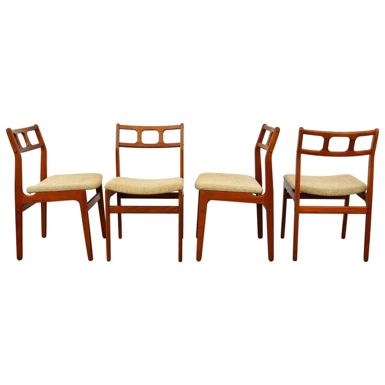 Set of four d scan teak dining chairs at 1stdibs for Dscan dining room set