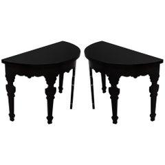 ein Paar Halbmond Konsoltische in schwarzem Klavierlack