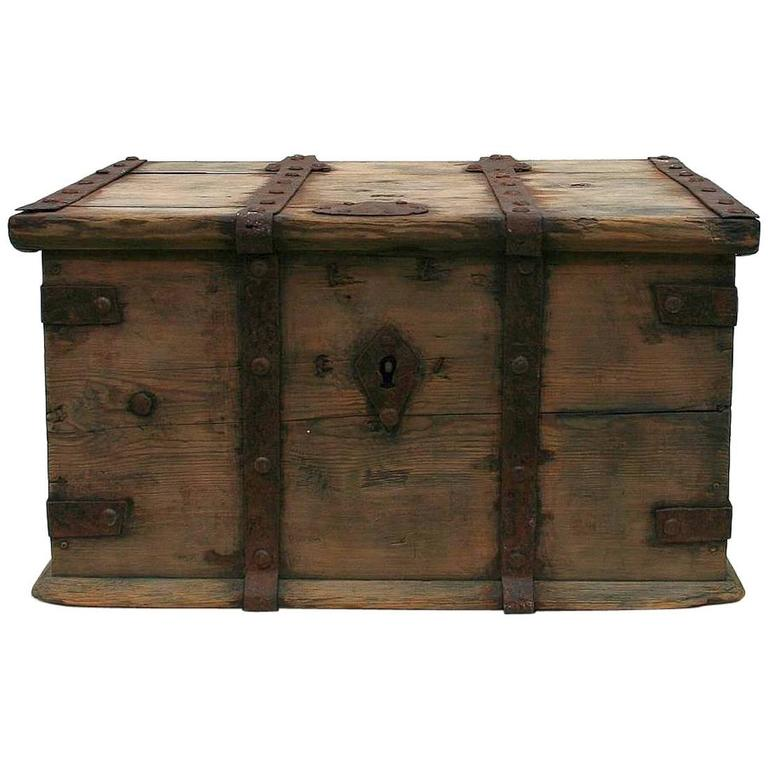 18th century swedish wooden travel box chest for sale at 1stdibs. Black Bedroom Furniture Sets. Home Design Ideas