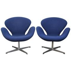 Pair of Arne Jacobsen Swan Chairs by Fritz Hansen for Knoll Studio