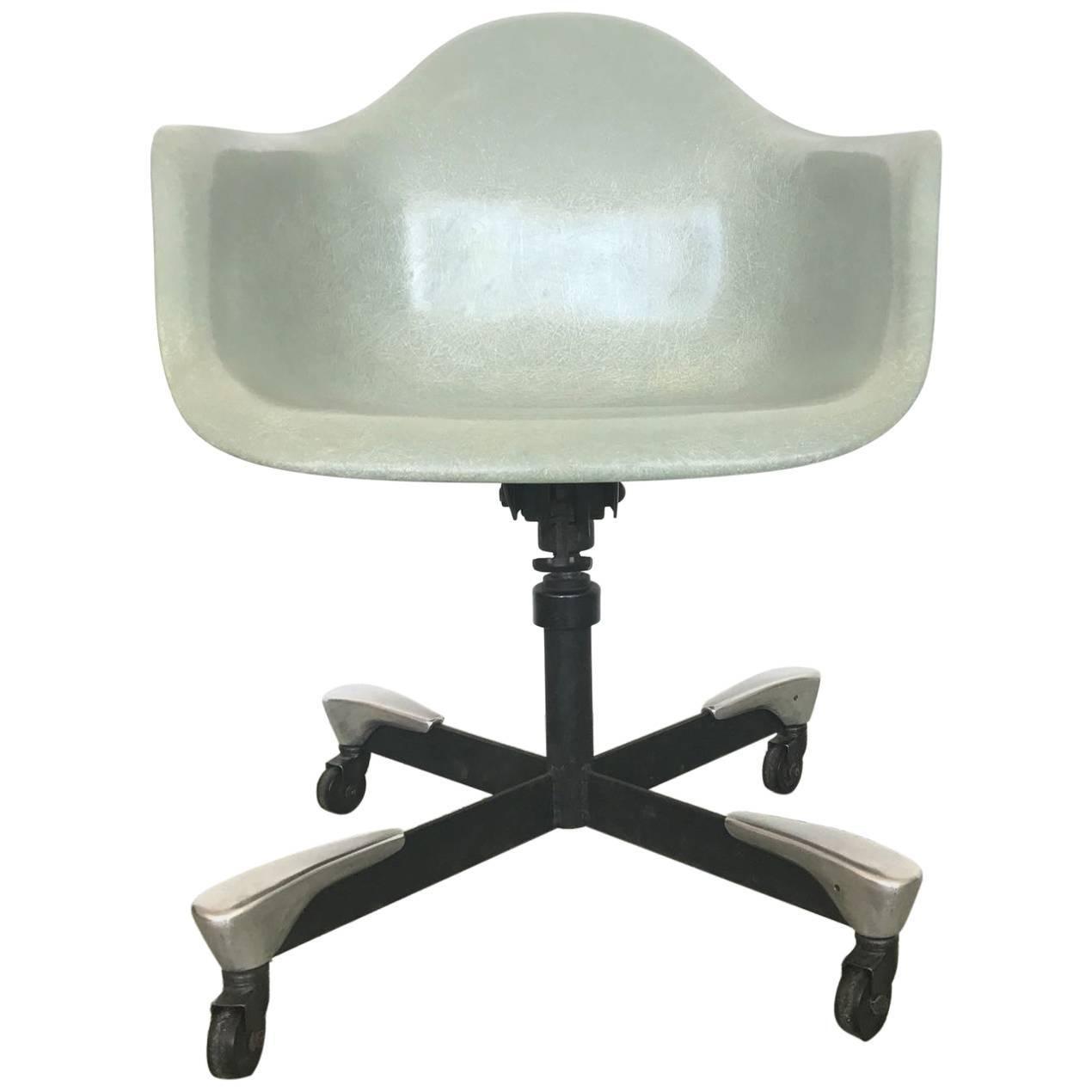 GroBartig 1953 Fiberglass Charles Eames DAT Desk Chair For Herman Miller For Sale