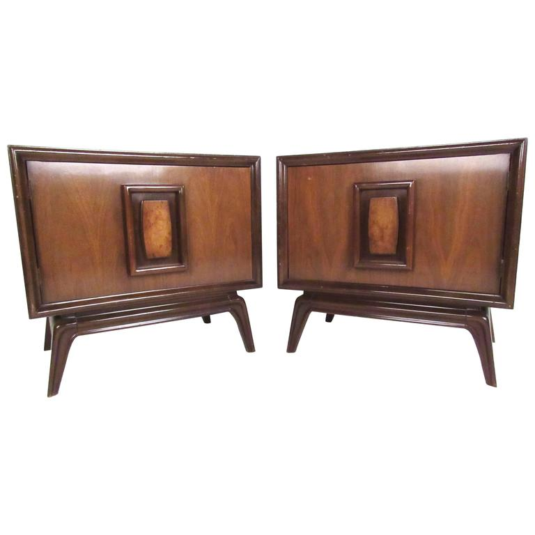 Stylish Pair of Mid Century Modern Nightstands For Sale at 1stdibs