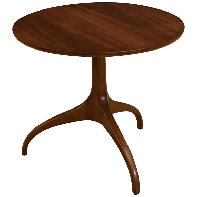 Merveilleux Midcentury Heritage Henredon Walnut Side Table For Sale
