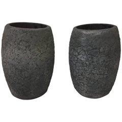 Paar Schmelztiegel aus Vulkangestein mit Texturiertem Finish
