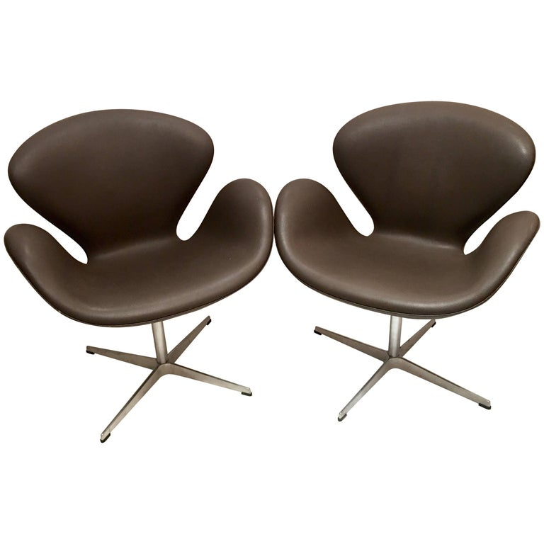 Pair of contemporary arne jacobsen swivel swan chairs for Swan chairs for sale