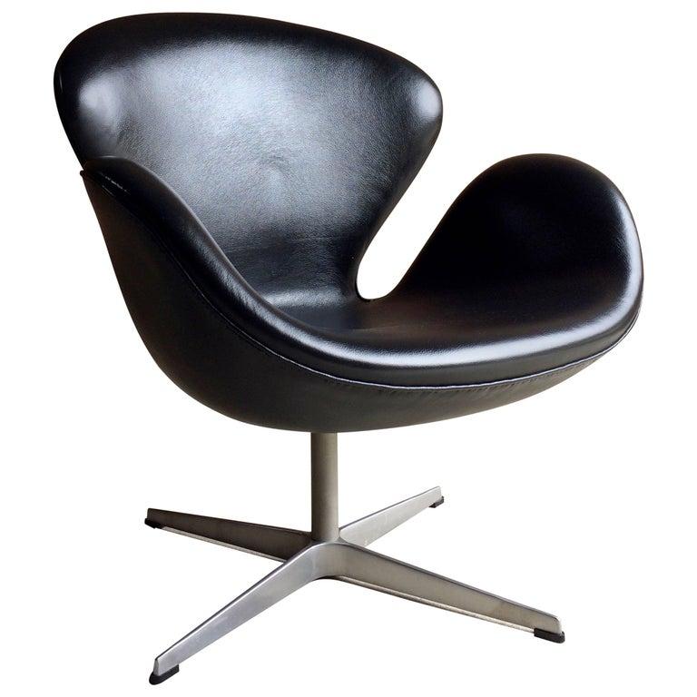 Arne Jacobsen Swan Chair Black Leather for Fritz Hansen, 2002, Danish
