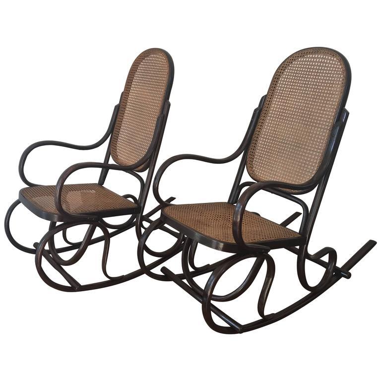 Ein Paar Bentwood Schaukelstühle mit Rohrsitz und Lehne 1