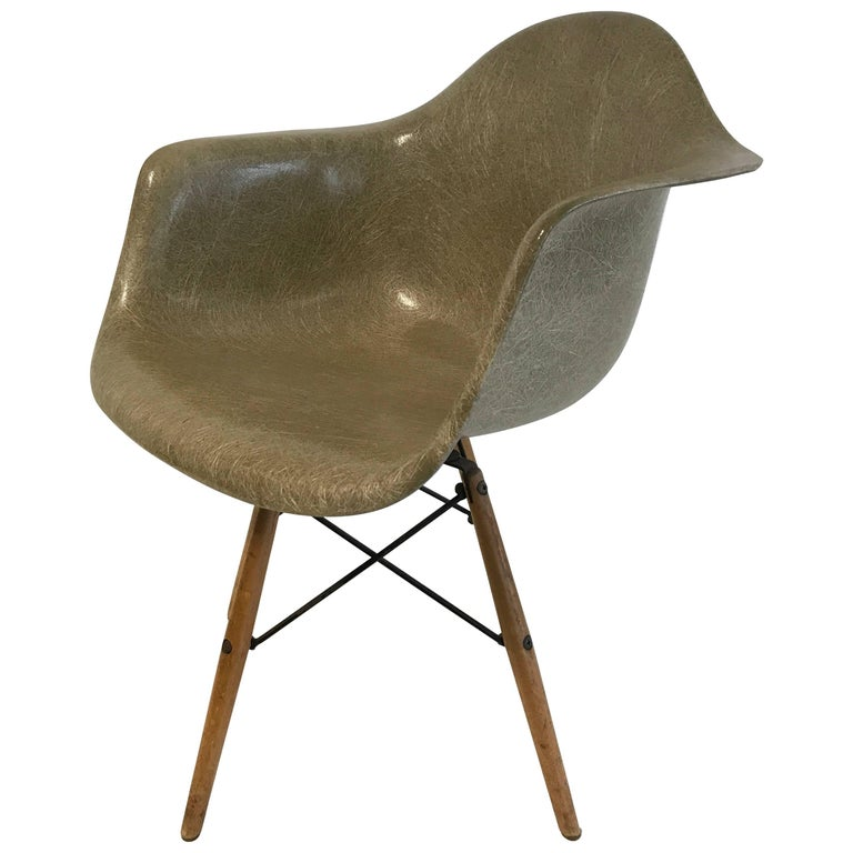 first edition charles eames paw chair swivel fibreglass shell dowel leg birch for sale at 1stdibs. Black Bedroom Furniture Sets. Home Design Ideas