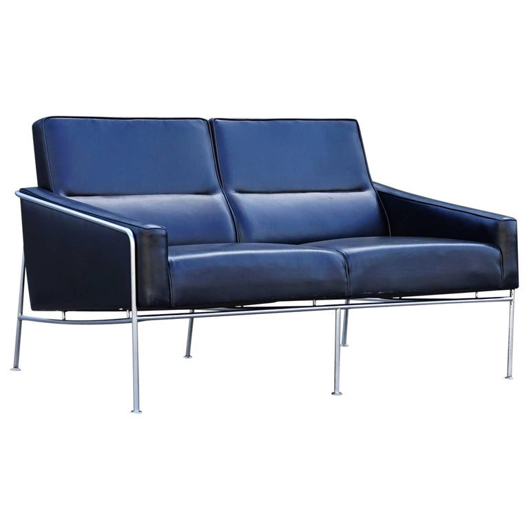 arne jacobsen 3300 2 airport sofa for sale at 1stdibs. Black Bedroom Furniture Sets. Home Design Ideas